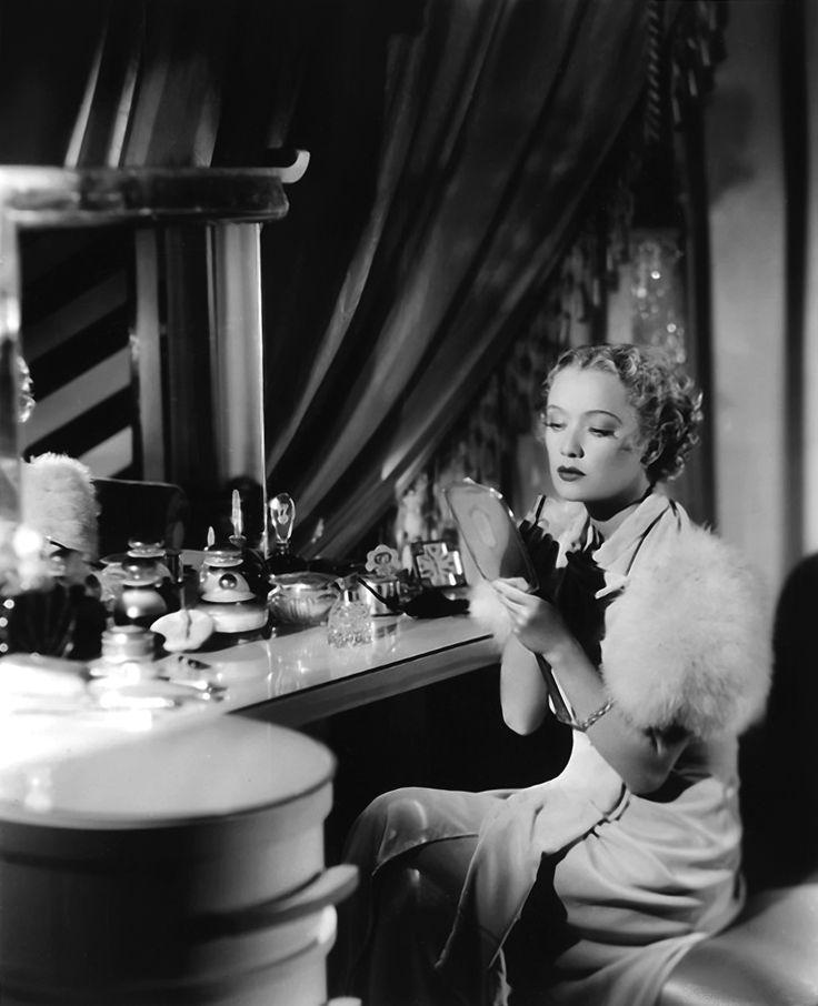 Hollywood madam ir kosmetinis stalas