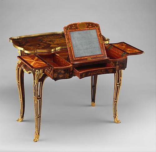 Senovinis kosmetinis stalas